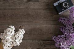 Flor de la lila en fondo de madera rústico con el espacio vacío para el mensaje de saludo Visión superior Fotografía de archivo libre de regalías