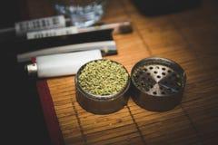 Flor de la marijuana en amoladora del metal Fotos de archivo libres de regalías