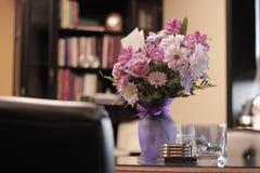 Flor de la oficina con una tarjeta de regalo fotografía de archivo libre de regalías