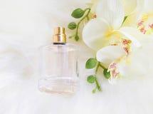 Flor de la orquídea con la botella de perfume imagenes de archivo
