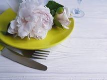 Flor de la peonía, placa, fondo de madera blanco del menú del servicio del restaurante del cuchillo Fotos de archivo