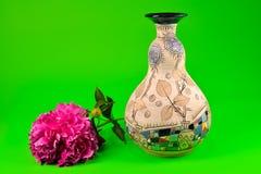 Flor de la peonía y florero decorativo Fotografía de archivo