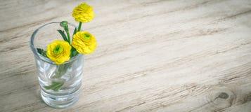 Flor de la primavera del ramo en vidrio en un fondo de madera de la tabla Tarjeta con las flores del resorte Estilo de la vendimi fotos de archivo