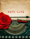 Flor de la rosa del rojo de la máquina de escribir Con amor Foto de archivo