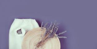 Flor de Lavander em uma placa e em um saco linean fotografia de stock royalty free