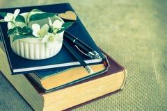 Flor de los libros viejos, del diario y del jazmín foto de archivo