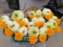 Flor de Lotus y velas del incienso para la adoración el Buda Fotografía de archivo