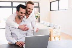 Flor de oferecimento de sorriso do homem a seu noivo Fotos de Stock