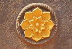 Flor de oro en un círculo marrón La India Foto de archivo libre de regalías