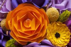 Flor de papel alaranjada em detalhe Fotos de Stock Royalty Free