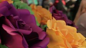Flor de papel roxa escura no interior filme
