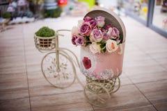 Flor de Rosa na bicicleta da cesta Foto de Stock Royalty Free