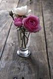 Flor de Rosa sobre o fundo de madeira rústico Fotos de Stock Royalty Free