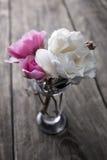 Flor de Rosa sobre o fundo de madeira rústico Fotografia de Stock