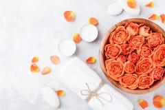 Flor de Rose en cuenco, toalla y velas en la opinión de sobremesa de piedra Balneario, aromatherapy, salud, fondo de la belleza imagen de archivo