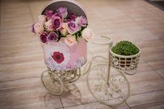 Flor de Rose en la bicicleta de la cesta Imagenes de archivo