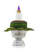 Flor decorada na bandeja com o suporte isolado no whitebackground imagem de stock