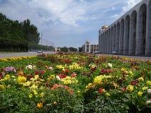 A flor decorou o quadrado principal em Bishkek em Quirguizistão imagem de stock royalty free
