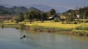 Flor del col con el río en wuyuan de la provincia de Jiangxi imagenes de archivo