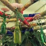 Flor del crisantemo en las botellas de cristal de la ejecución diy para el florero Imagenes de archivo