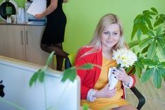 Flor del encargado del trabajo de oficina de negocios de la mujer Imagen de archivo