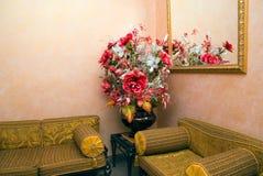 Flor del espejo del sofá Imágenes de archivo libres de regalías