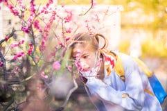 Flor del flor del adolescente que huele japonés Foto de archivo libre de regalías