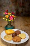 Flor del florero con la galleta, aún vida Imagenes de archivo