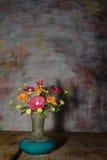 Flor del florero con la plataforma de madera, aún vida Fotografía de archivo libre de regalías