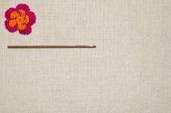 Flor del ganchillo en el fondo de lino Fotografía de archivo libre de regalías