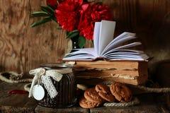 Flor del libro viejo de la taza de café Fotos de archivo libres de regalías