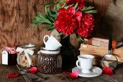 Flor del libro viejo de la taza de café Imagen de archivo libre de regalías