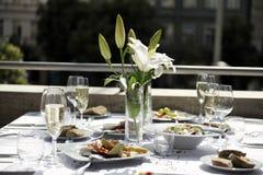 Flor del lirio en la mesa de comedor Imagen de archivo libre de regalías