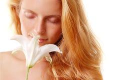 Flor del olor de la muchacha fotos de archivo libres de regalías