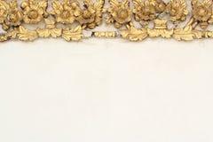 Flor del oro del modelo del diseño del estuco de estilo tailandés nativo Foto de archivo libre de regalías