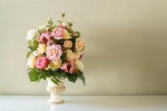 Flor del ramo en el florero Fotografía de archivo libre de regalías