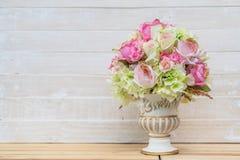 Flor del ramo en florero imágenes de archivo libres de regalías