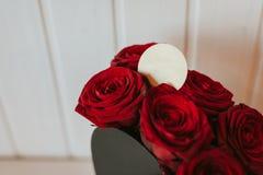 Flor del regalo en caja de la forma del corazón Imagen de archivo libre de regalías
