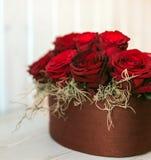Flor del regalo en caja de la forma del corazón Imagen de archivo