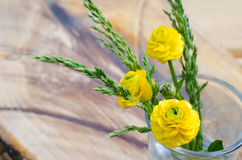 Flor del resorte Primavera del ramo o flor del verano en vidrio en un fondo de madera de la tabla imagen de archivo