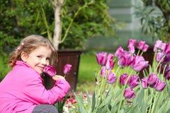 Flor del tulipán del olor de la niña fotografía de archivo libre de regalías