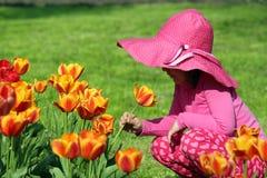 Flor del tulipán del olor de la niña imagen de archivo libre de regalías