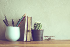 flor do cacto com o caderno no interior moderno da tabela de madeira do escritório Imagens de Stock