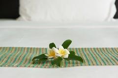 Flor do Frangipani na cama foto de stock royalty free