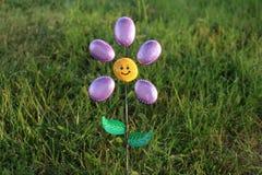 Flor do jardim feita de rochas e do metal pintados Fotografia de Stock Royalty Free