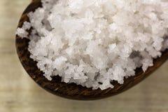 Flor do sal na colher de madeira Fleur chamado de sel em francês imagem de stock royalty free