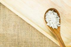 Flor do sal na colher de madeira na placa de madeira com espaço da cópia Fotografia de Stock