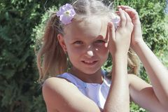 Flor do verão da menina em sua criança em idade pré-escolar principal do retrato alegre Imagem de Stock