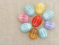 A flor dos ovos da páscoa vestiu-se no cl multi-colorido laçado Imagens de Stock Royalty Free