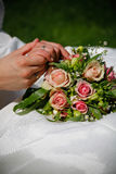 Flor e anéis do casamento foto de stock royalty free